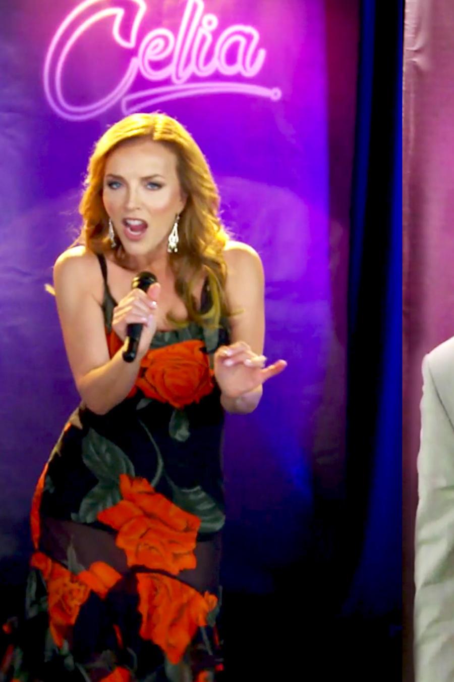 Raúl González y Laura Flores cantando canciones de Celia Cruz