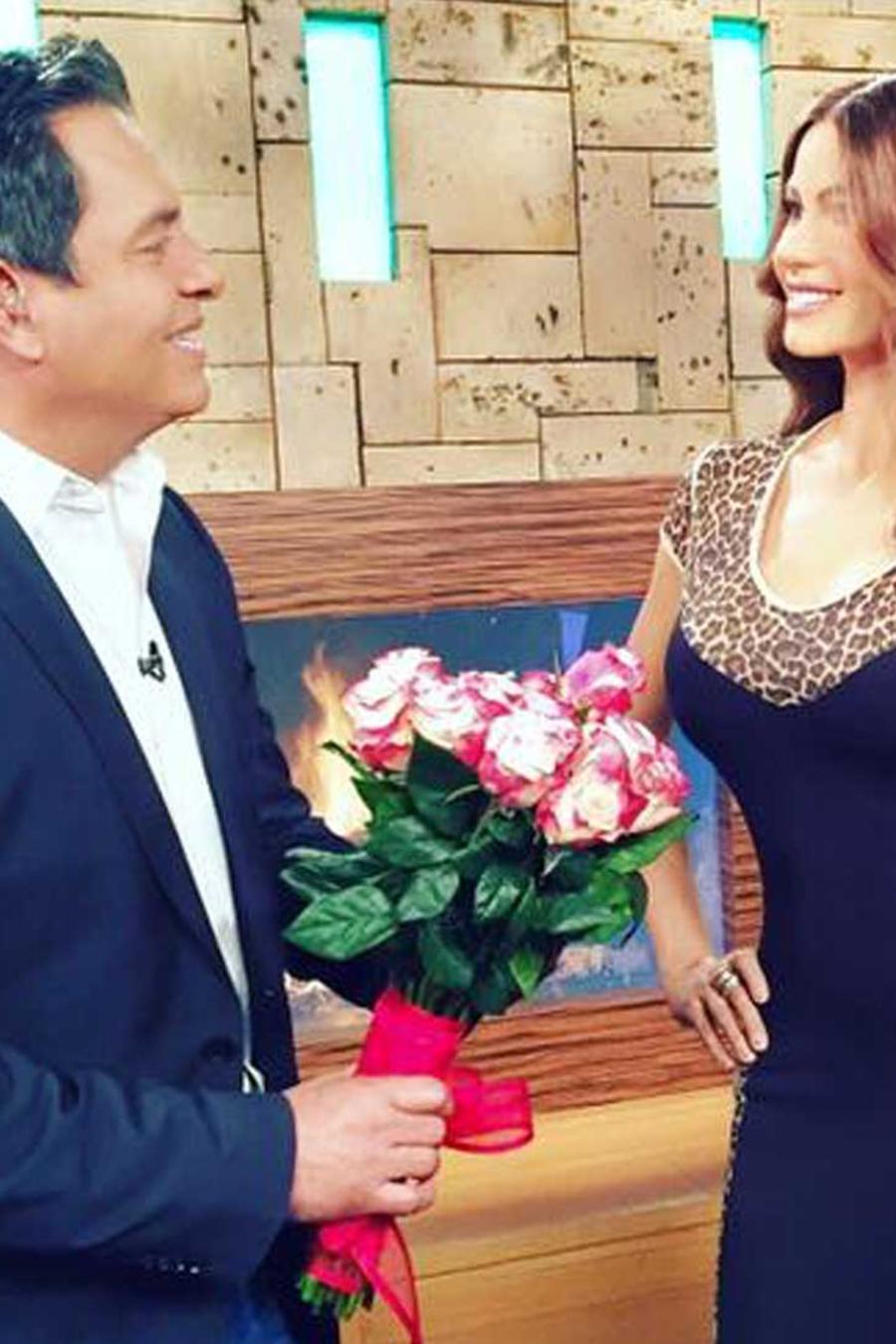 daniel sarcos le declara su amor a sofia vergara con flores y cena