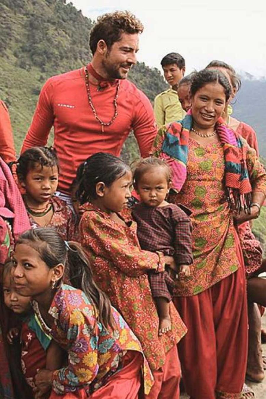 david bisbal visito nepal y ayudo a construir viviendas a los necesitados