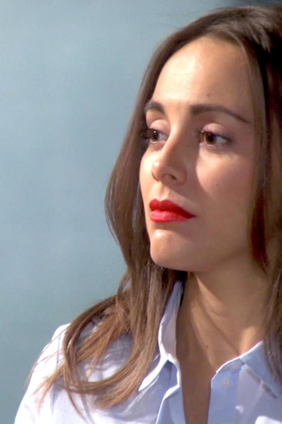 María Elisa Camargo con labios rojos y seria en Bajo El Mismo Cielo