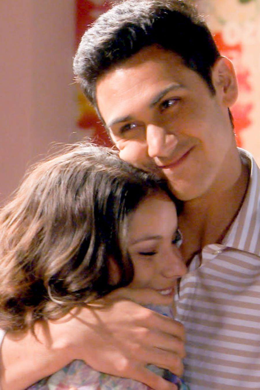 Alejandro Speitzer y Oka Giner abrazados en Bajo El Mismo Cielo