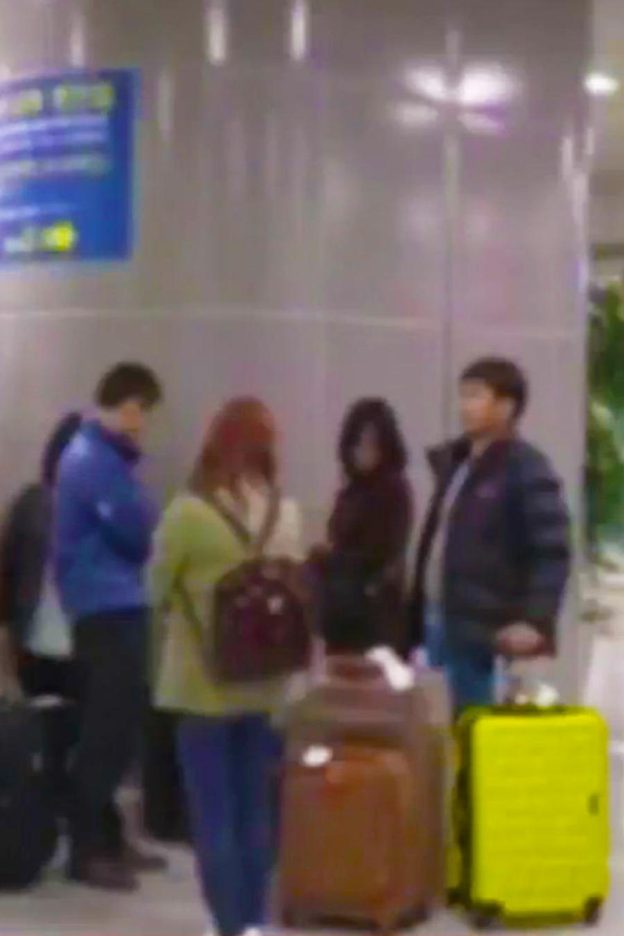 personas esperando aeropuerto corea del sur