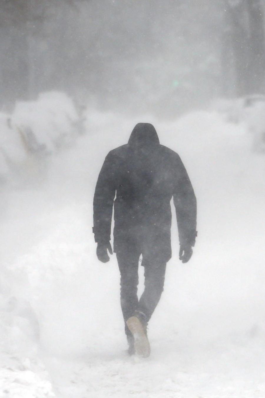 hombre caminando en tormenta