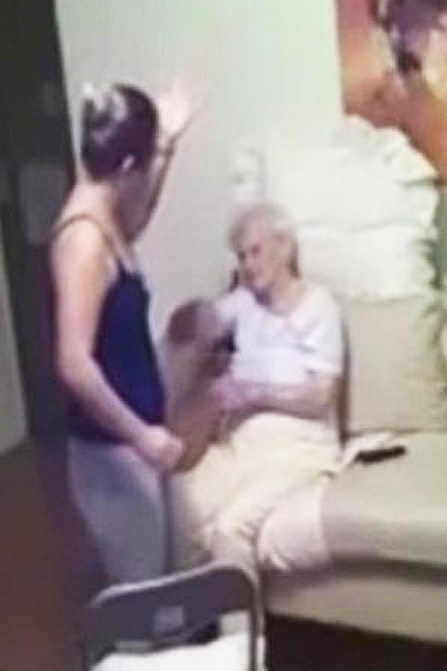 mujer golpea a anciana