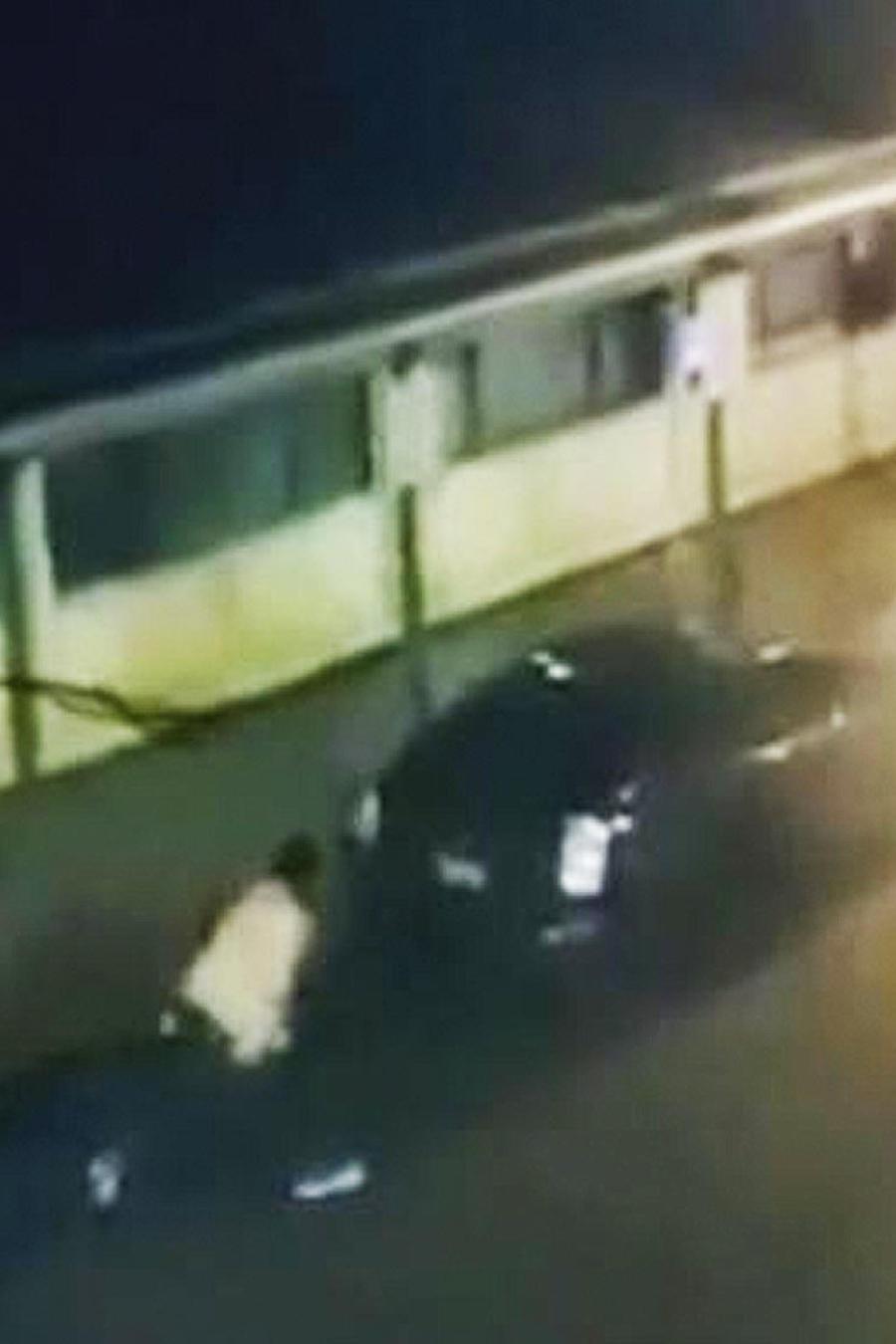 hombre choca varios autos