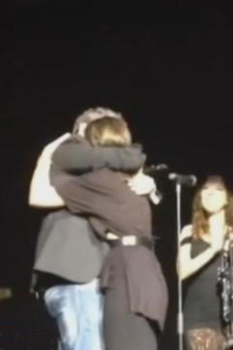 alejandro sanz abraza a su hija