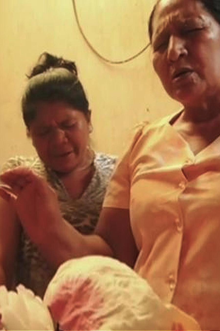 Padres esperan que resucite su hija muerta