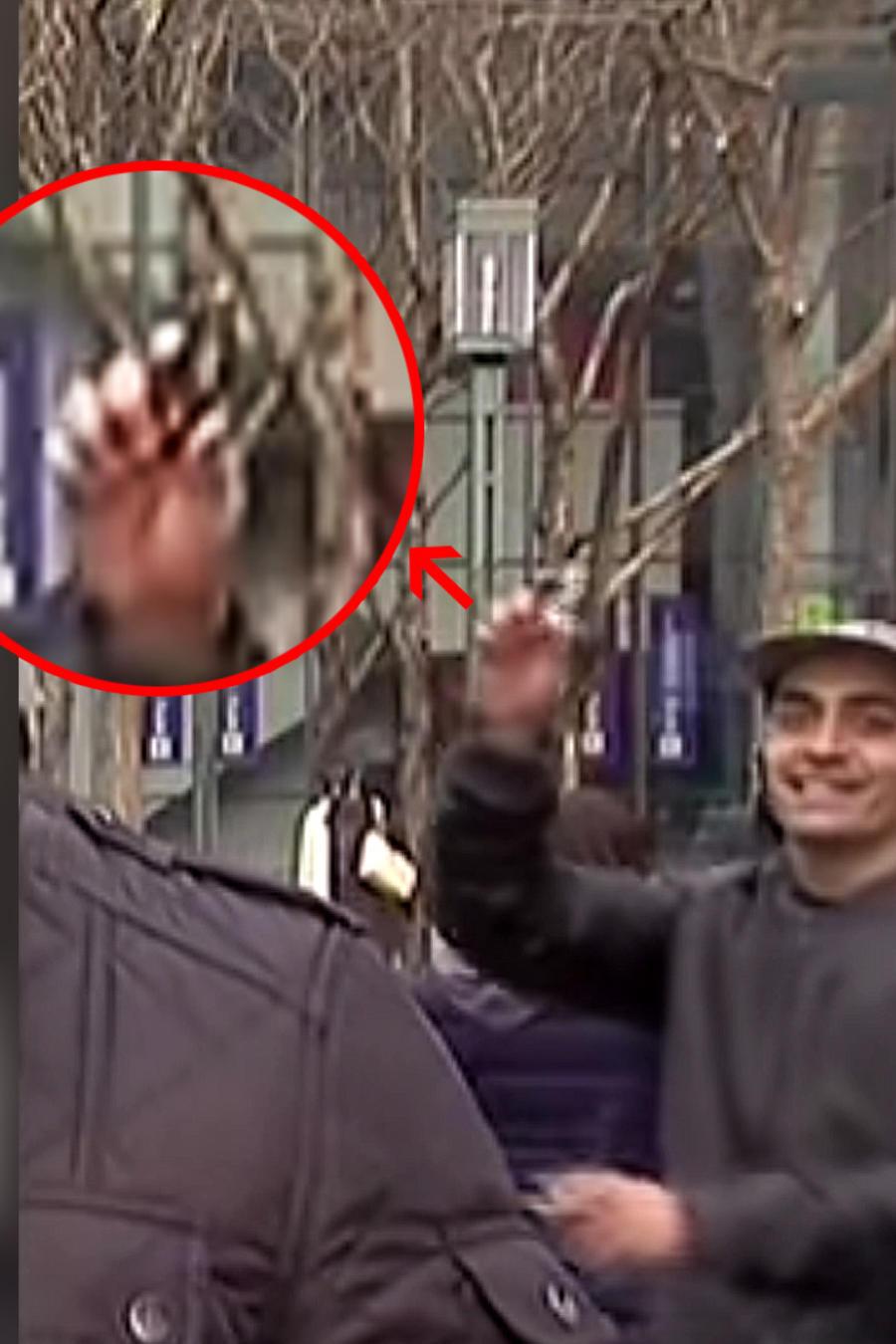 Hombre muestra arma detras de reportero