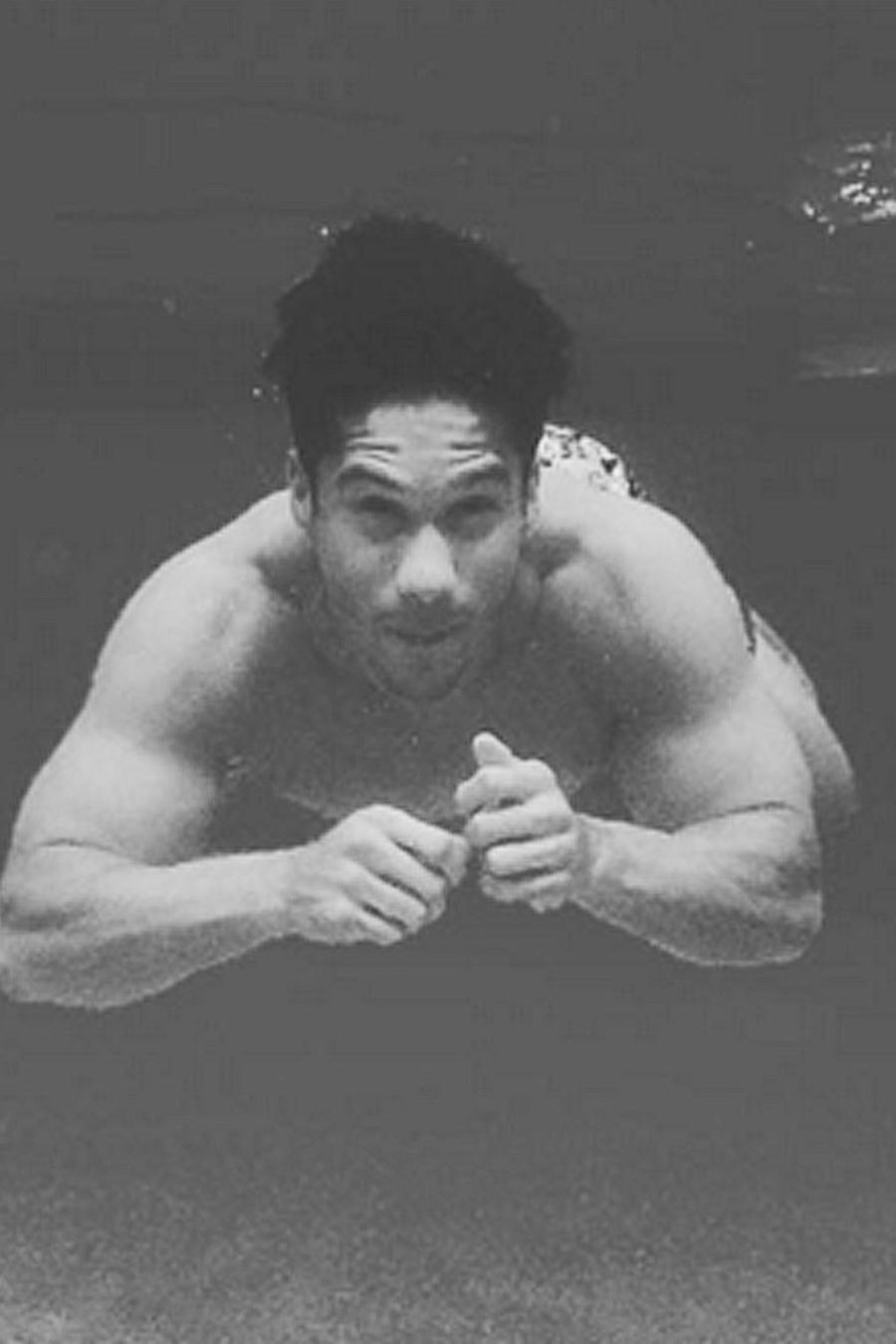 chino en piscina