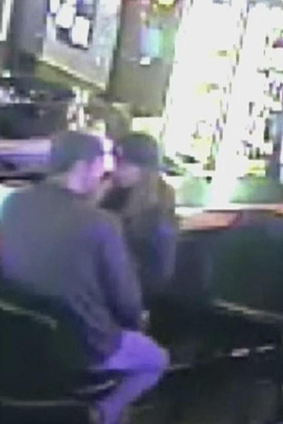 pareja besandose en robo