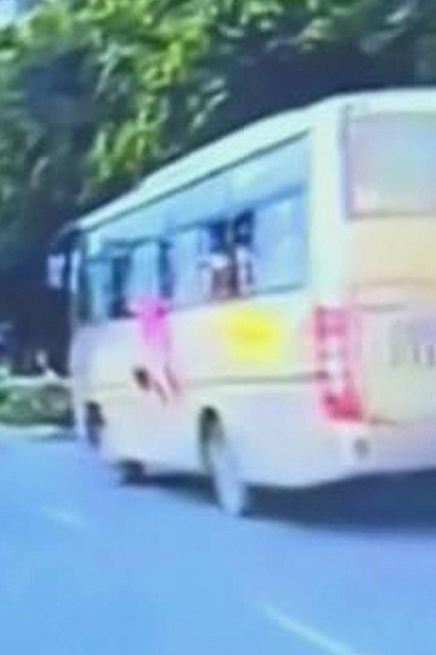 niña cae de autobus