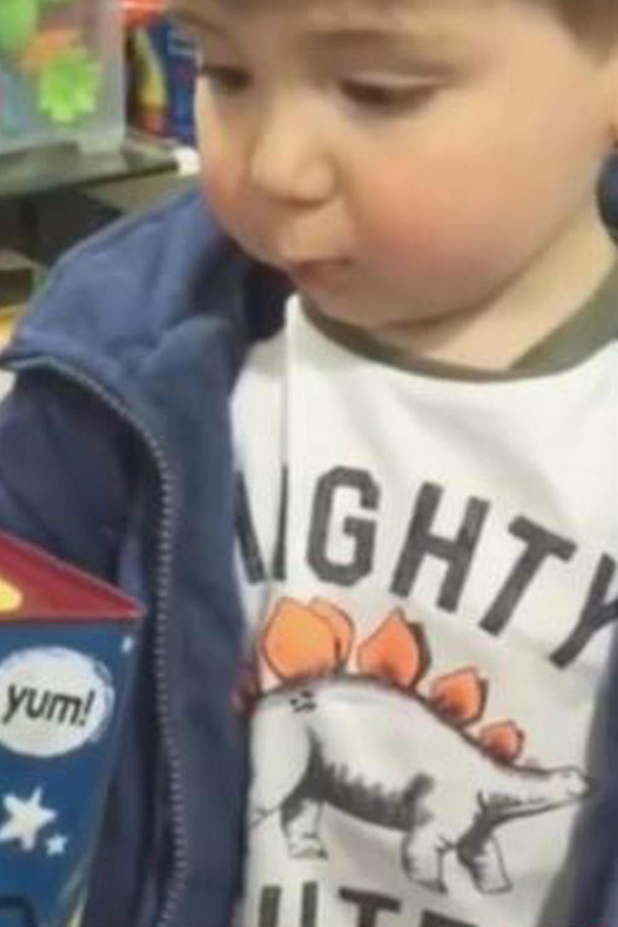 Un niño jugaba con una cajita y su reacción se viralizó