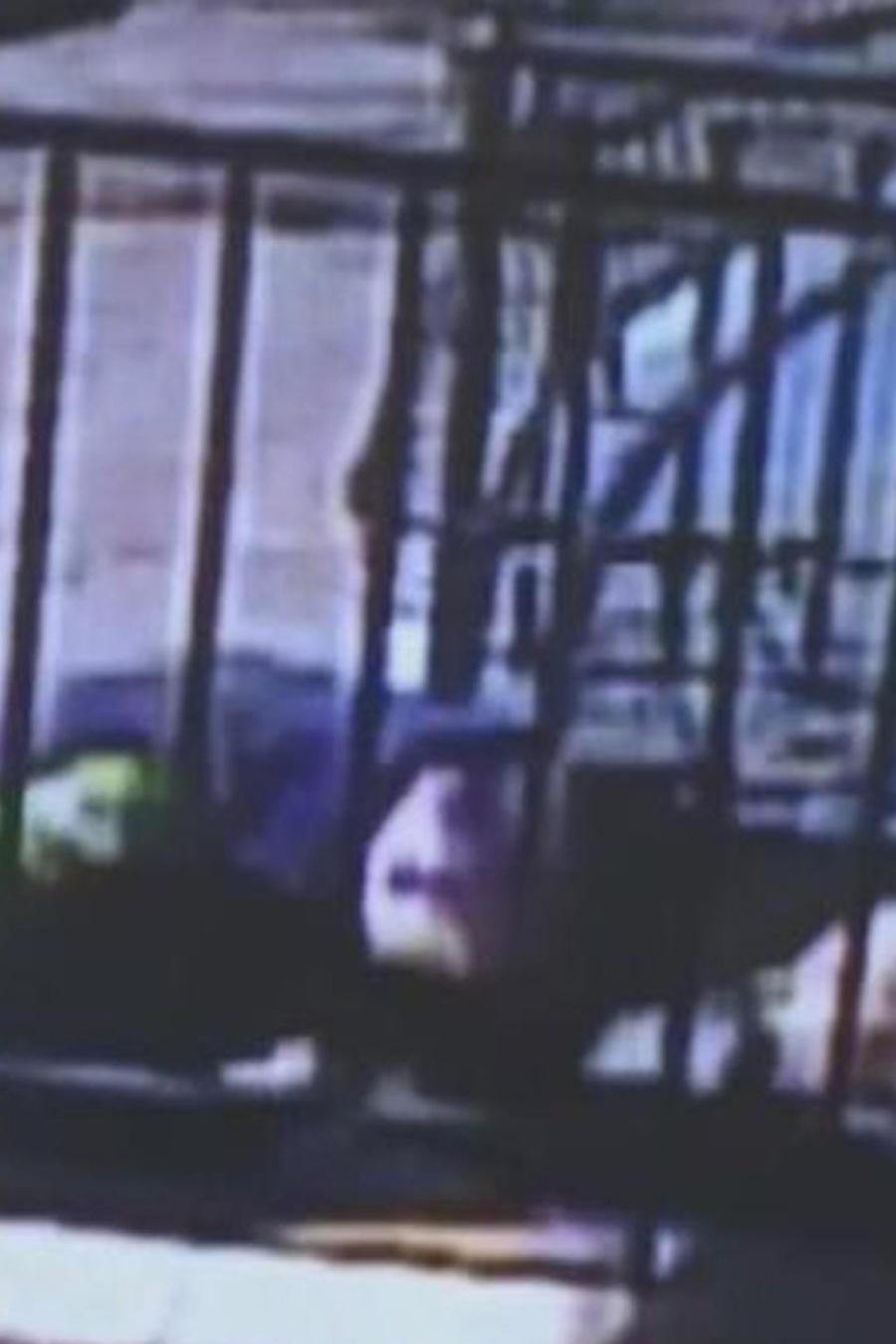 policia ataca mujer