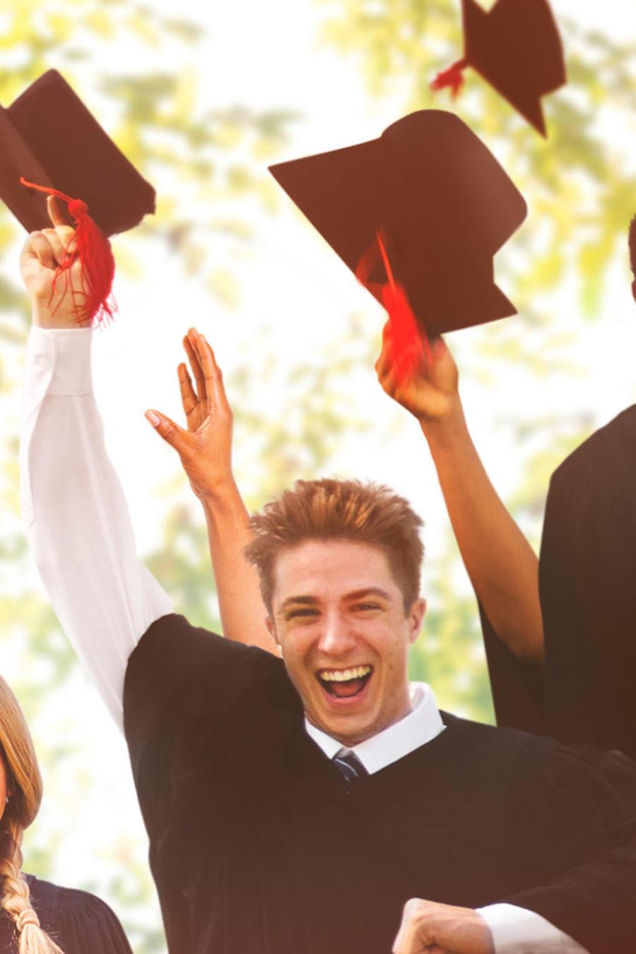 recien graduados sonriendo