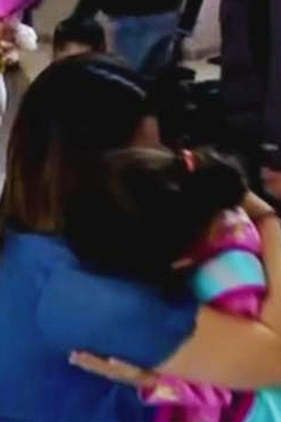 madre y su hija se abrazan