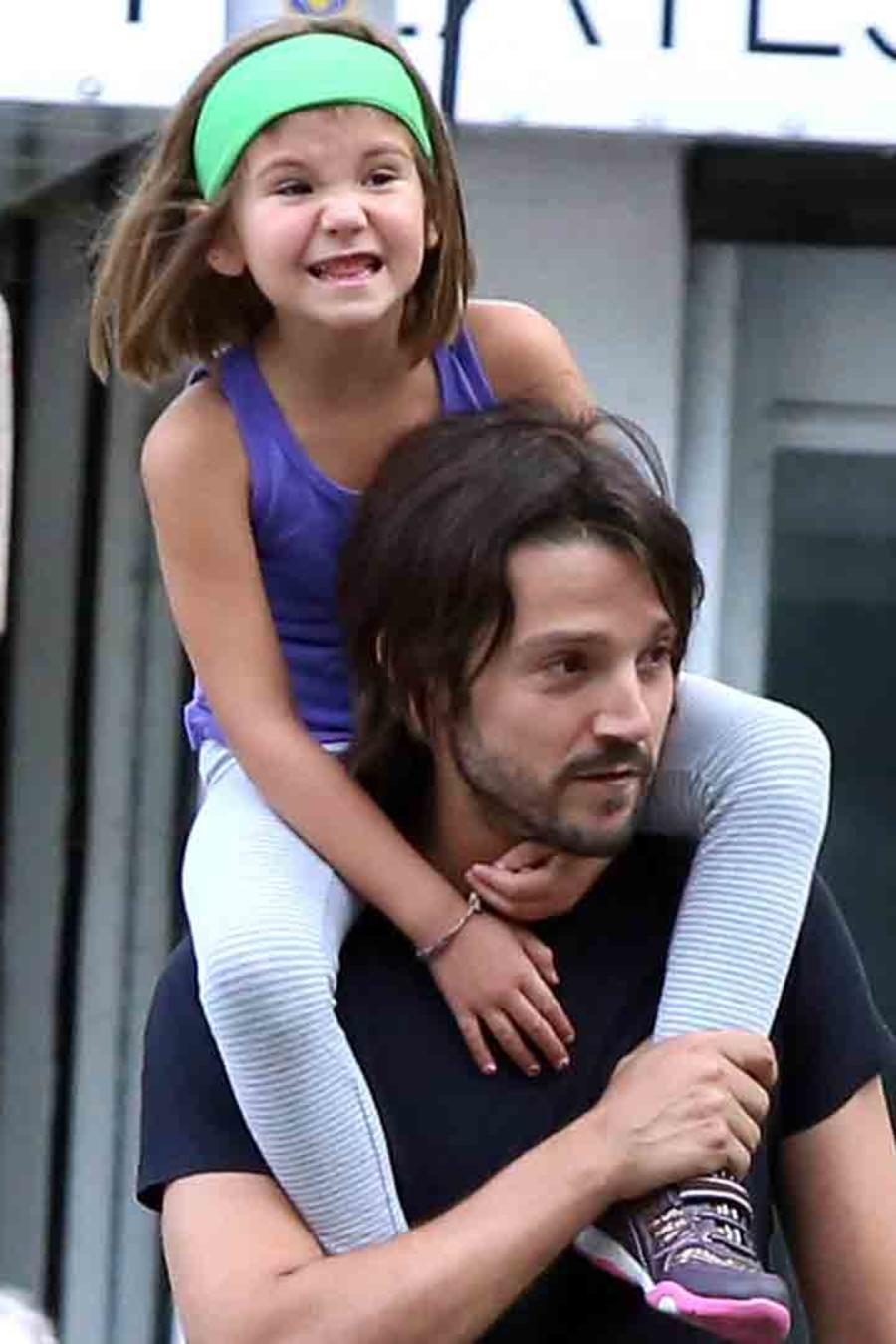 Diego Luna y su hija Fiona en México