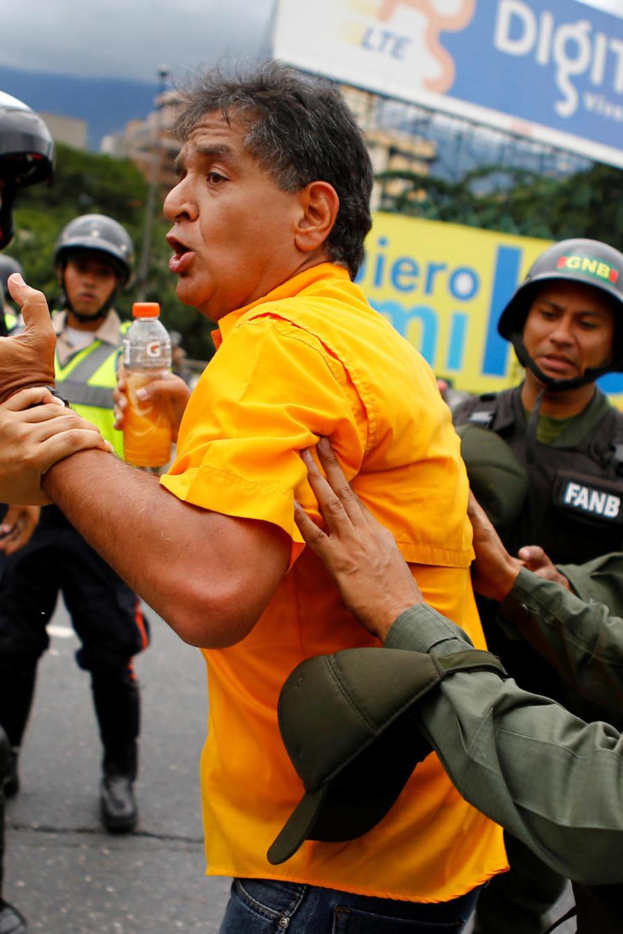 policia y manifestante venezolano