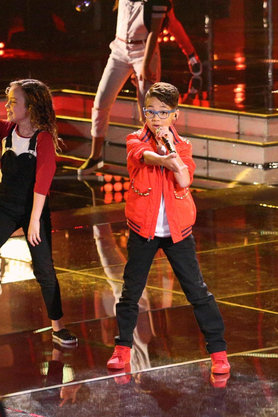 Jonael Santiago cantando con los 18 participantes de La Voz Kids