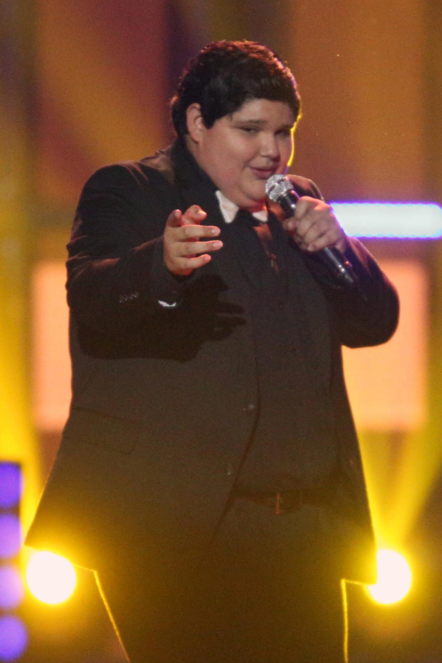 Christopher cantando en la final de La Voz Kids