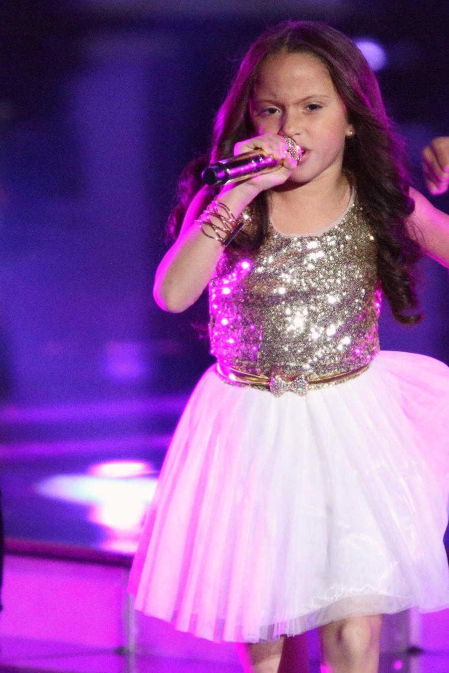 Carmen cantando en la final de La Voz Kids