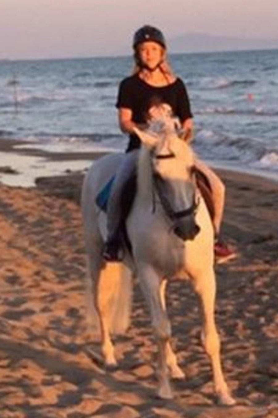 shakira montando caballo