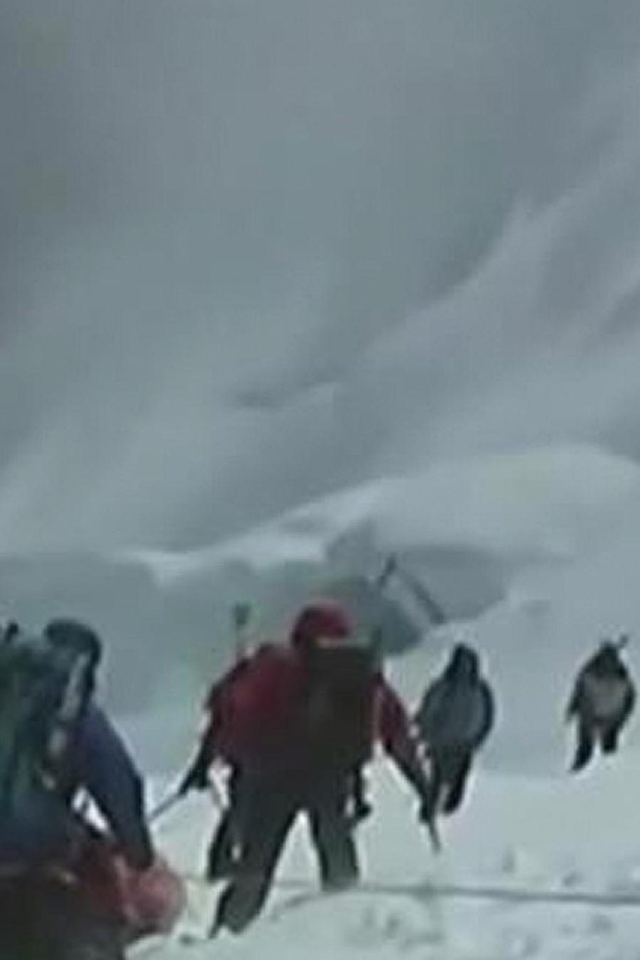 rescatan a alpinistas
