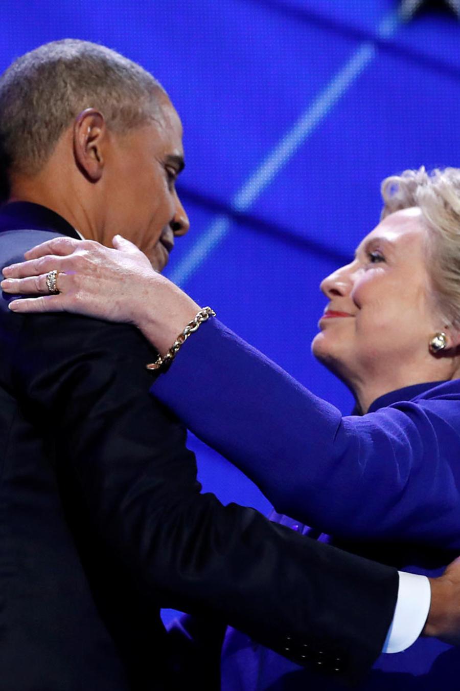 abrazo de obama y clinton