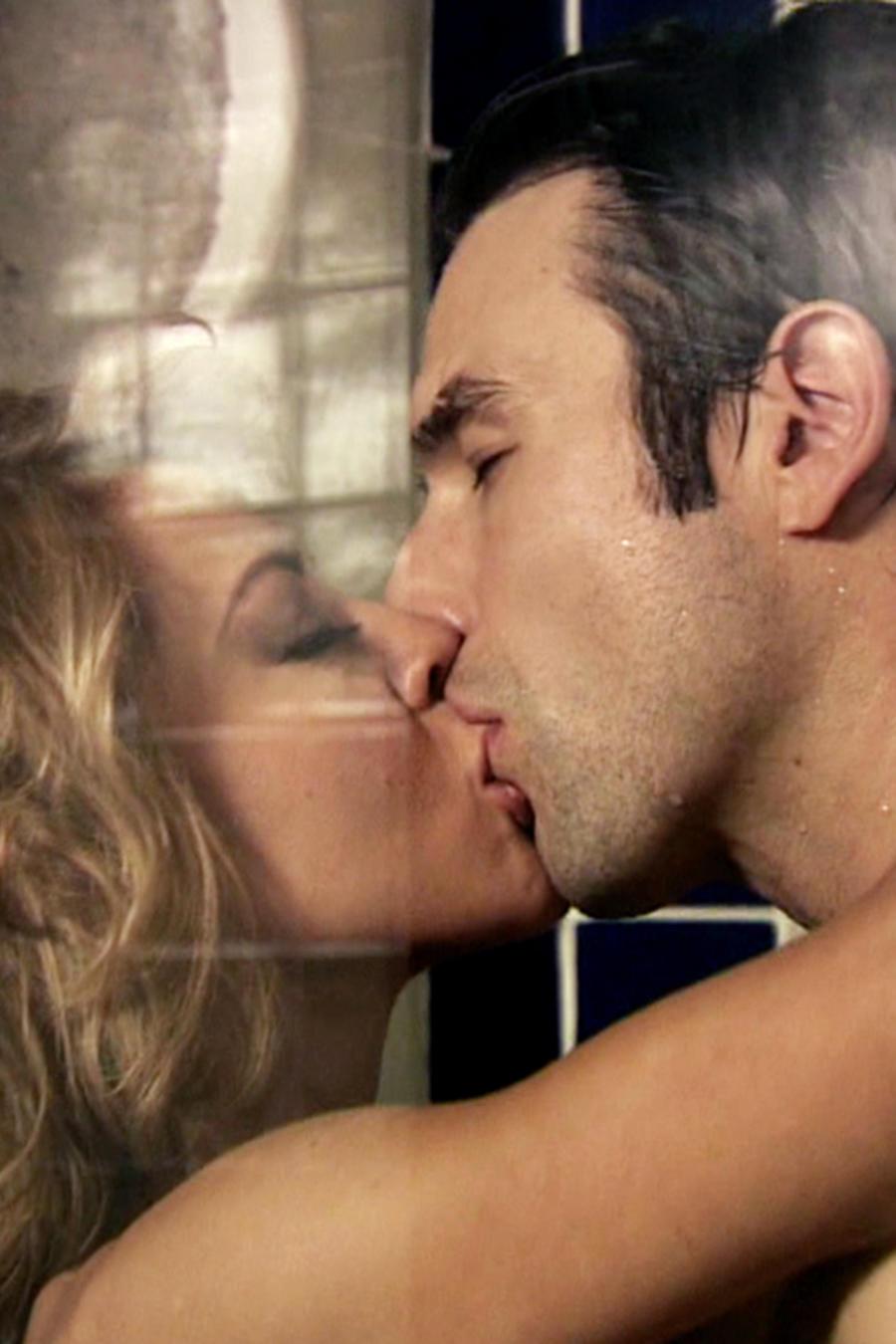 Fernanda Castillo y Rafael Amaya besándose en El Señor de los Cielos