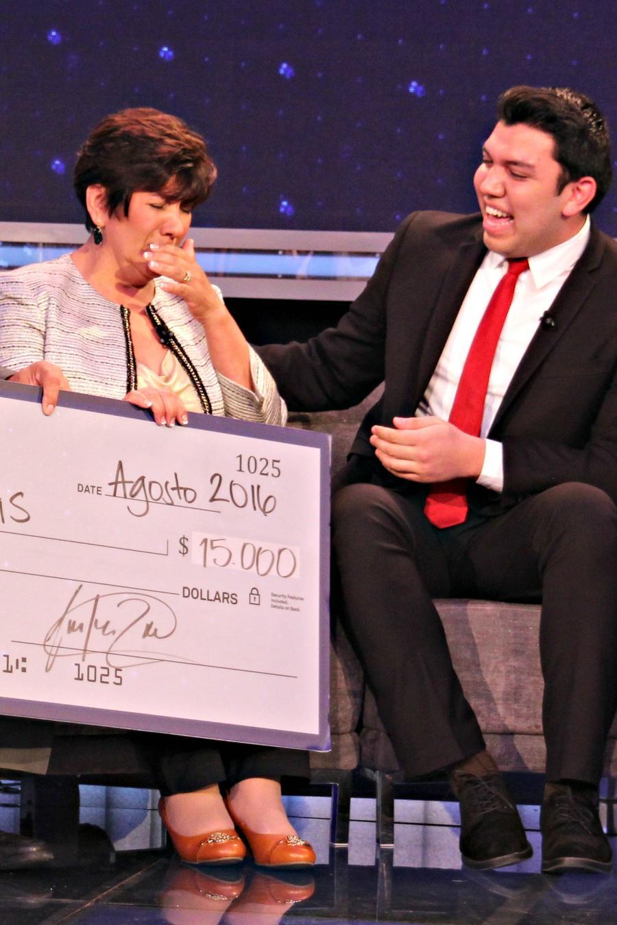 """Fernando Rojas y sus padres reciben $15,000 dólares en """"¡Qué Noche!"""""""