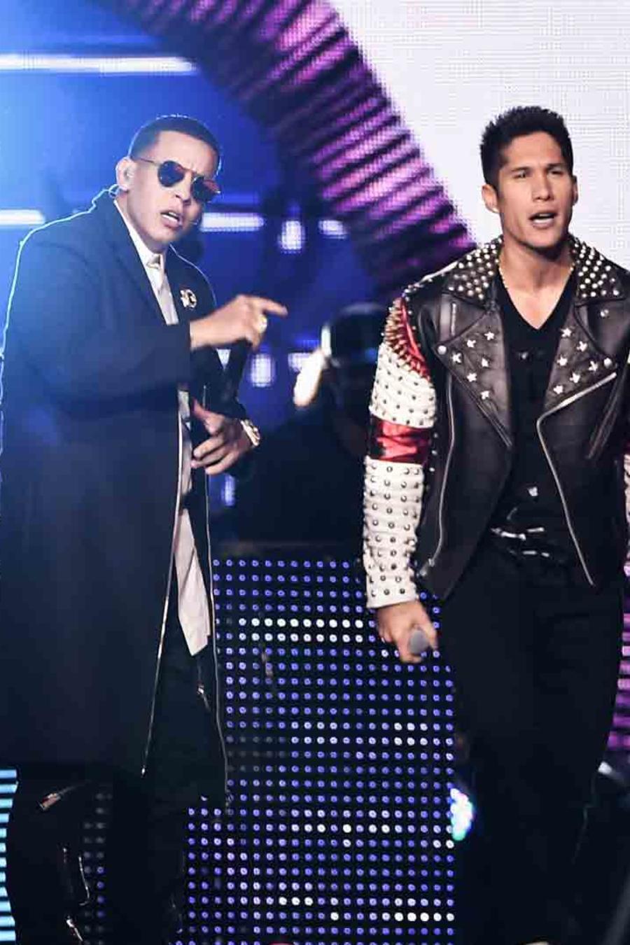 """Chino y Nacho y Daddy Yankee cantan """"Andas en mi cabeza"""" en Premios Tu Mundo 2016"""