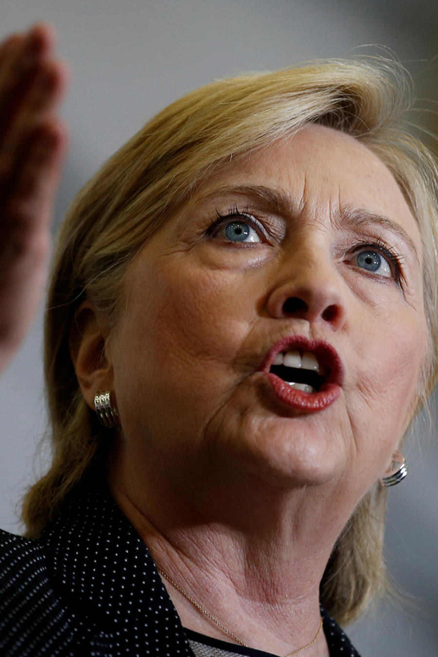 Hillary Clinton acude a reunión con FBI