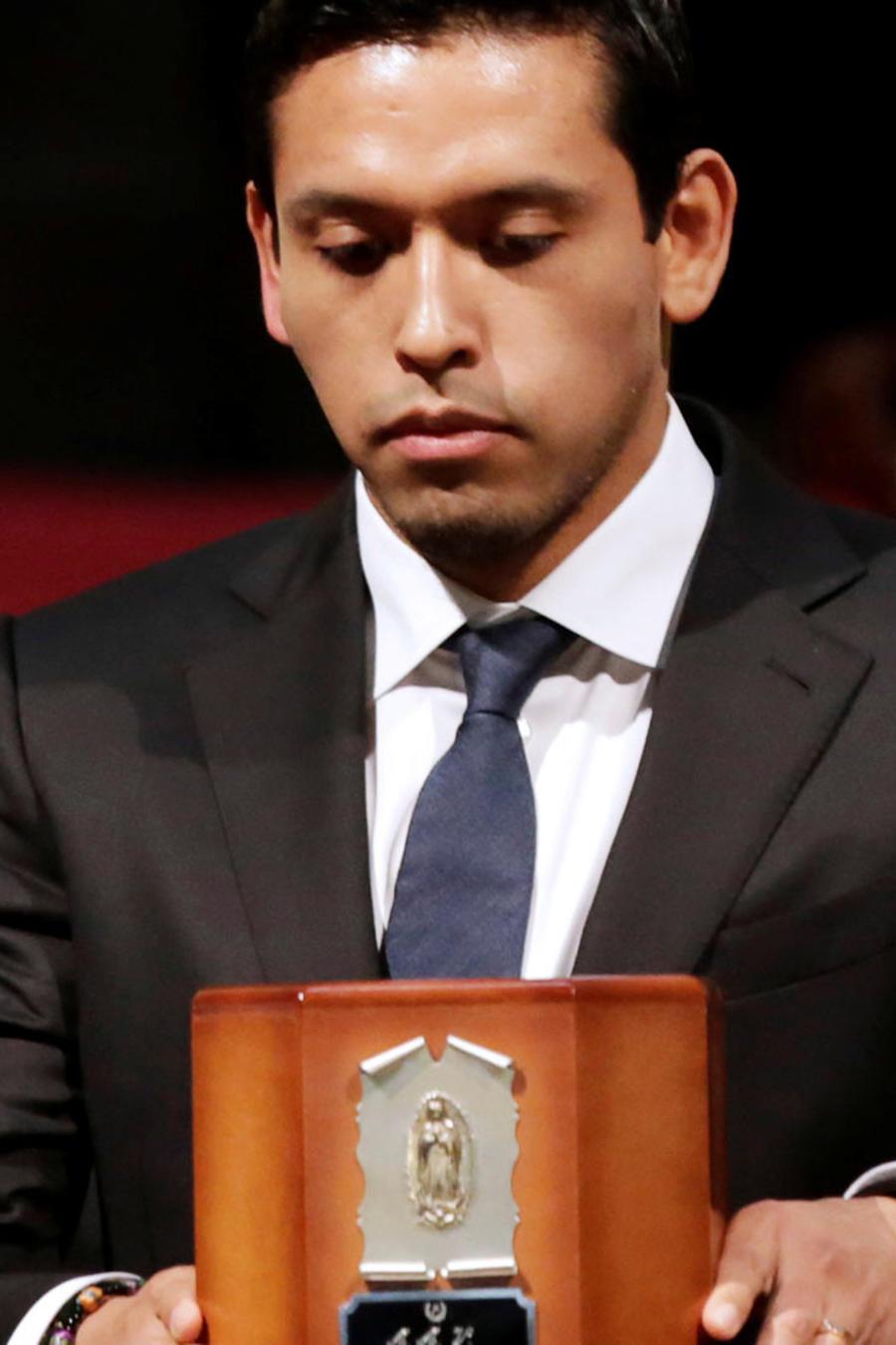 Hijo de Juan Gabriel roto de dolor por la muerte de su padre