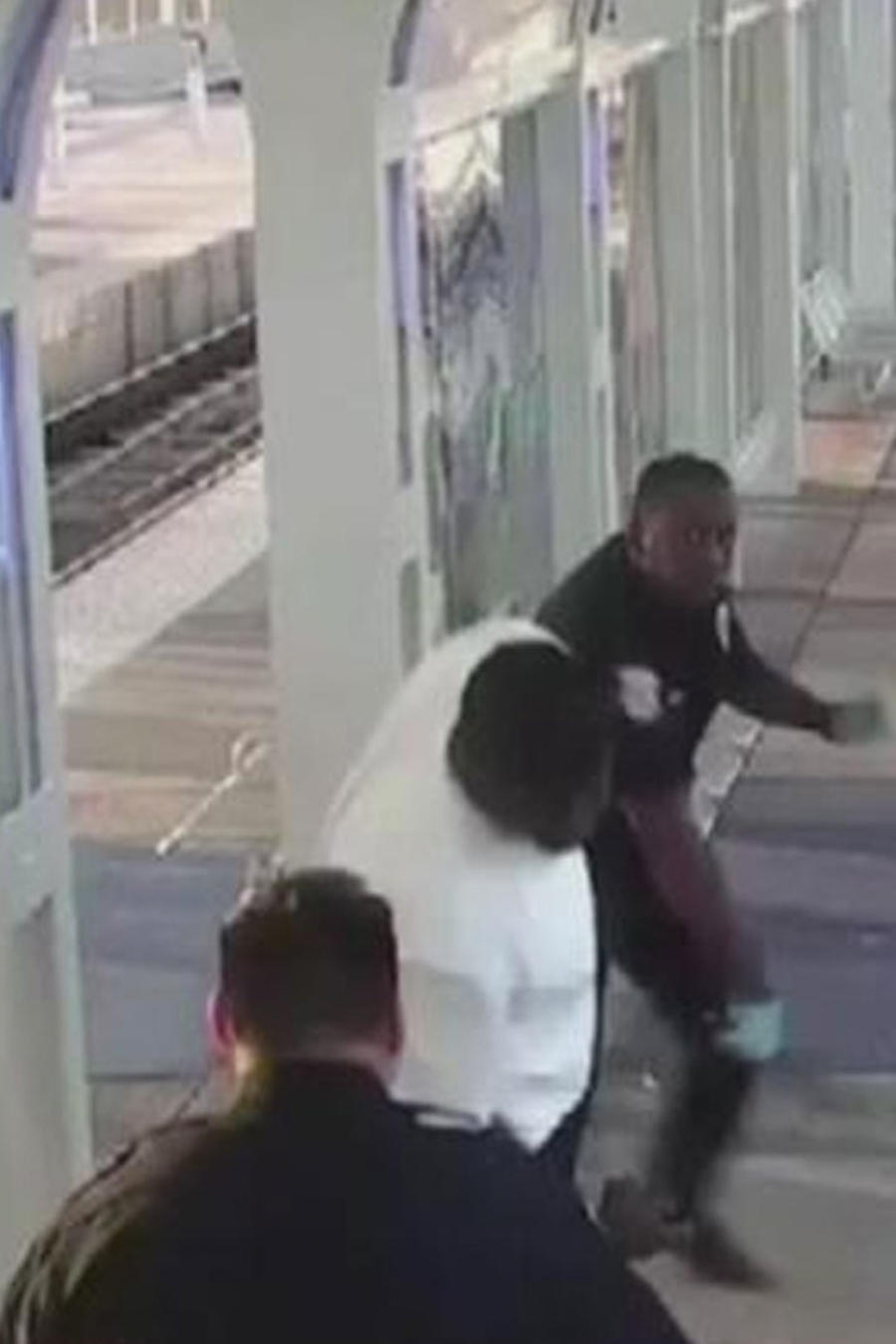 policias golpeando a desamparado en el metro