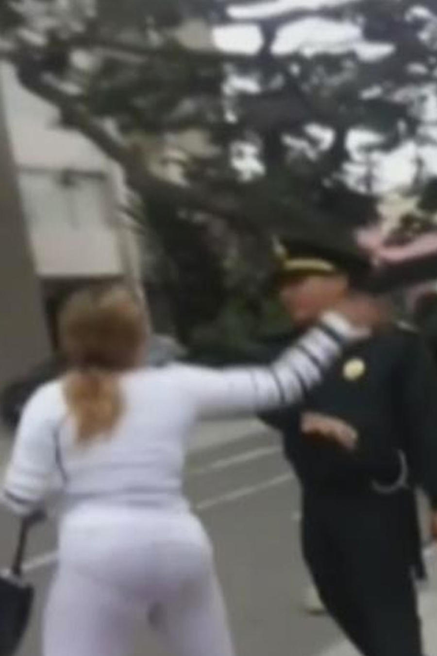 mujer abofetea a policia