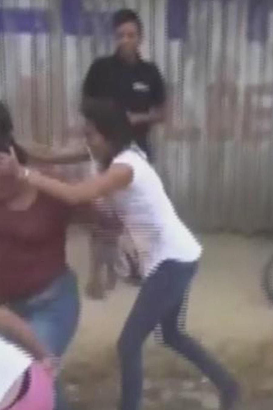 mujeres se enfrentan a golpes