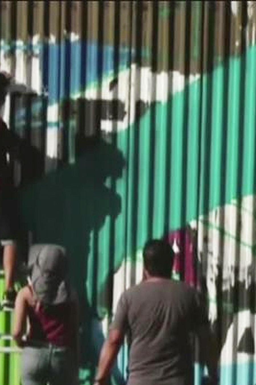 artistas decoran valla de frontera