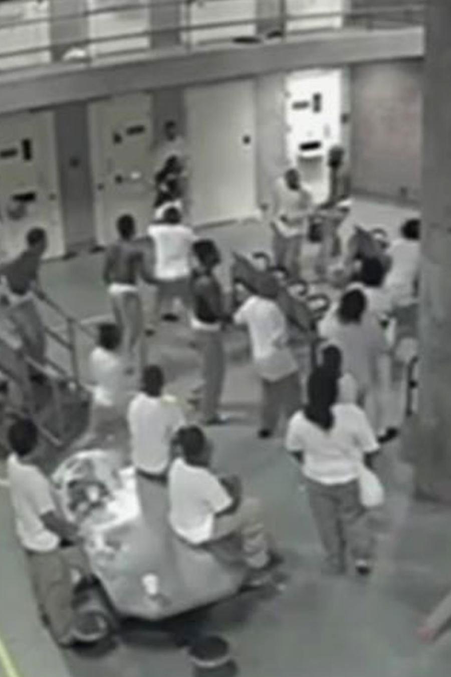 Violenta pelea en cárcel de Chicago es captada en cámara