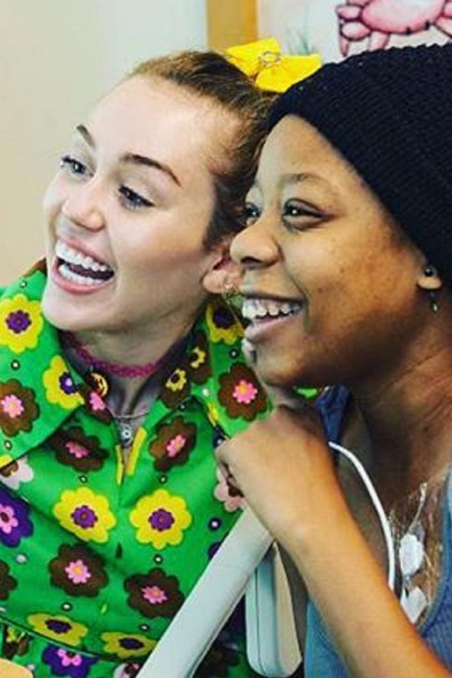 Miley Cyrus y su novio visitan a niños enfermos