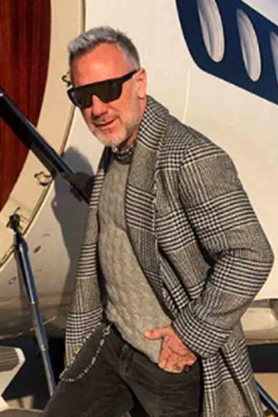 Gianluca Vacchi subiendo al avión