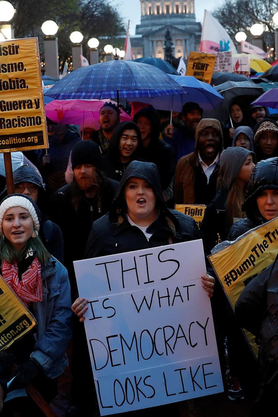cientos marchan contra trump