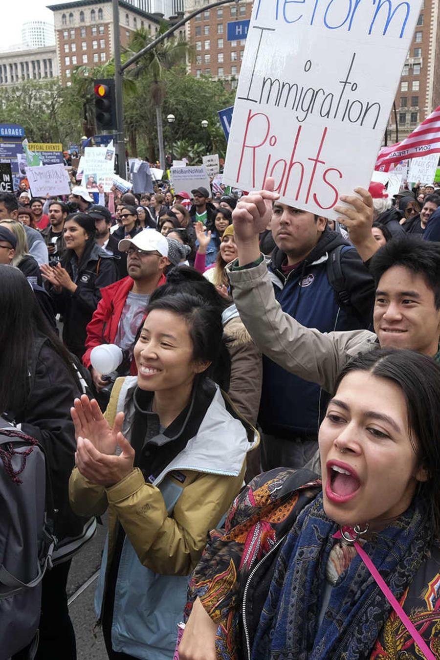 Multitudinaria marcha pro-inmigrantes en Los Ángeles