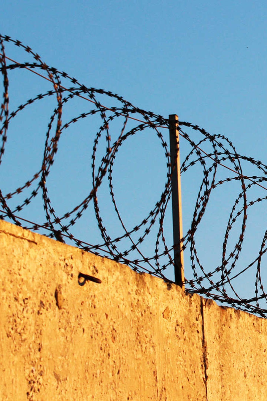 Inmigrantes demandan a prisión por obligarlos a trabajar y falta de pago