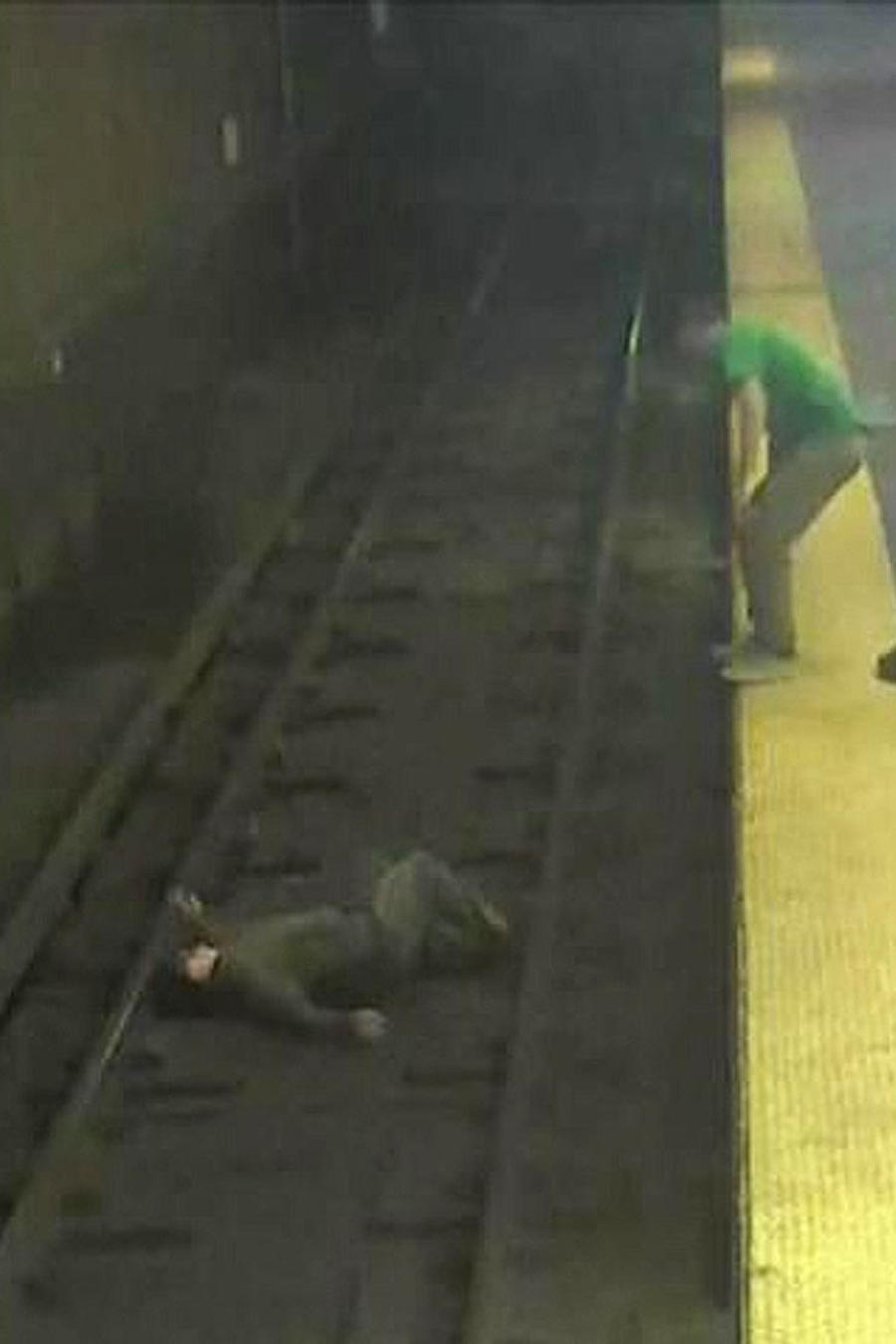 hombre cae sobre via tren