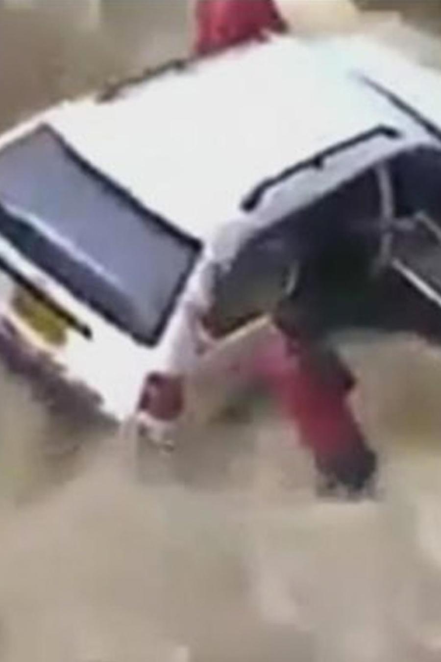 inundacion arrastra auto