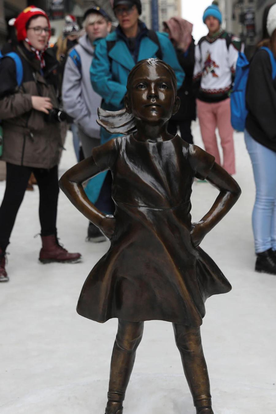 escultura niña sin miedo