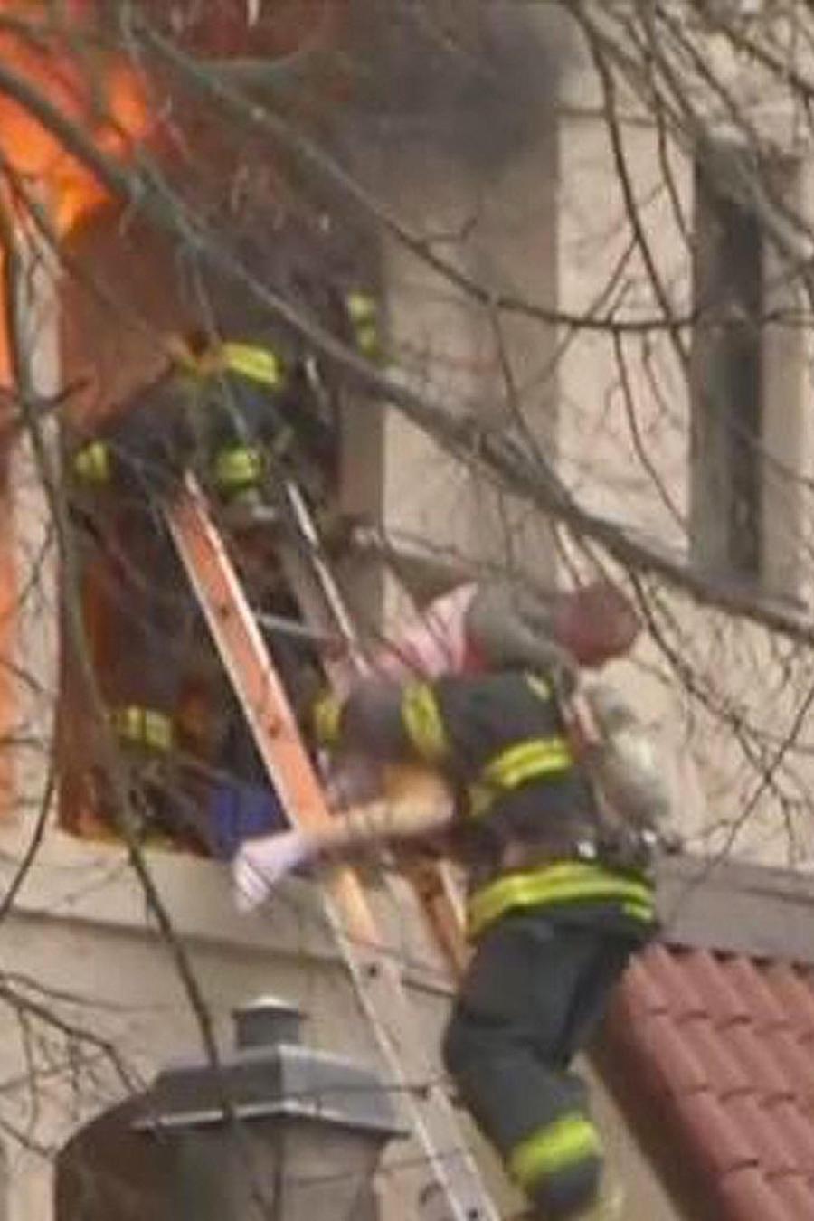 bomberos salvan a anciano