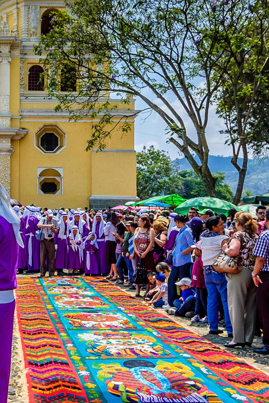 Coloridas alfombras honran las procesiones de Semana Santa en Guatemala