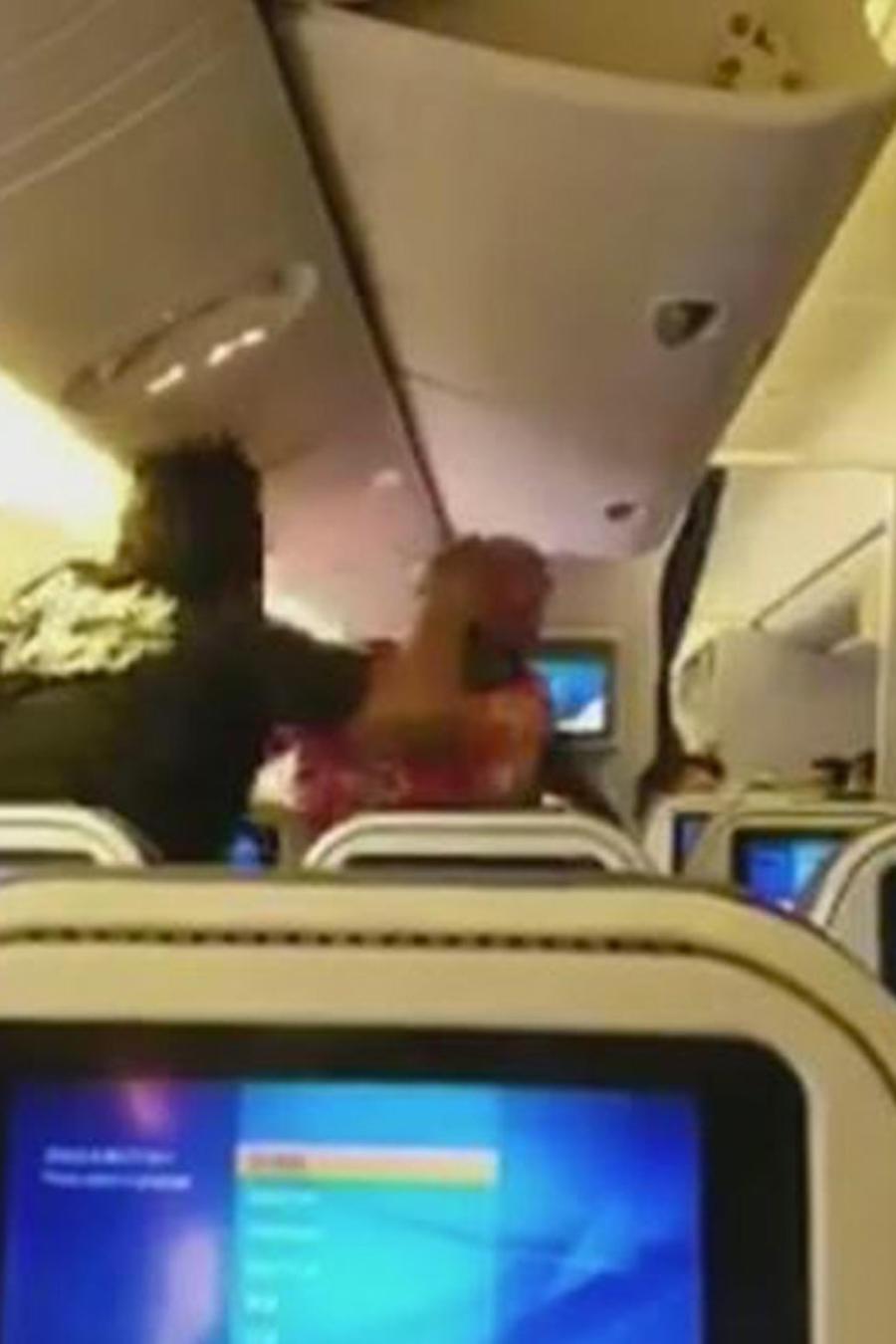hombres peleando en pleno vuelo