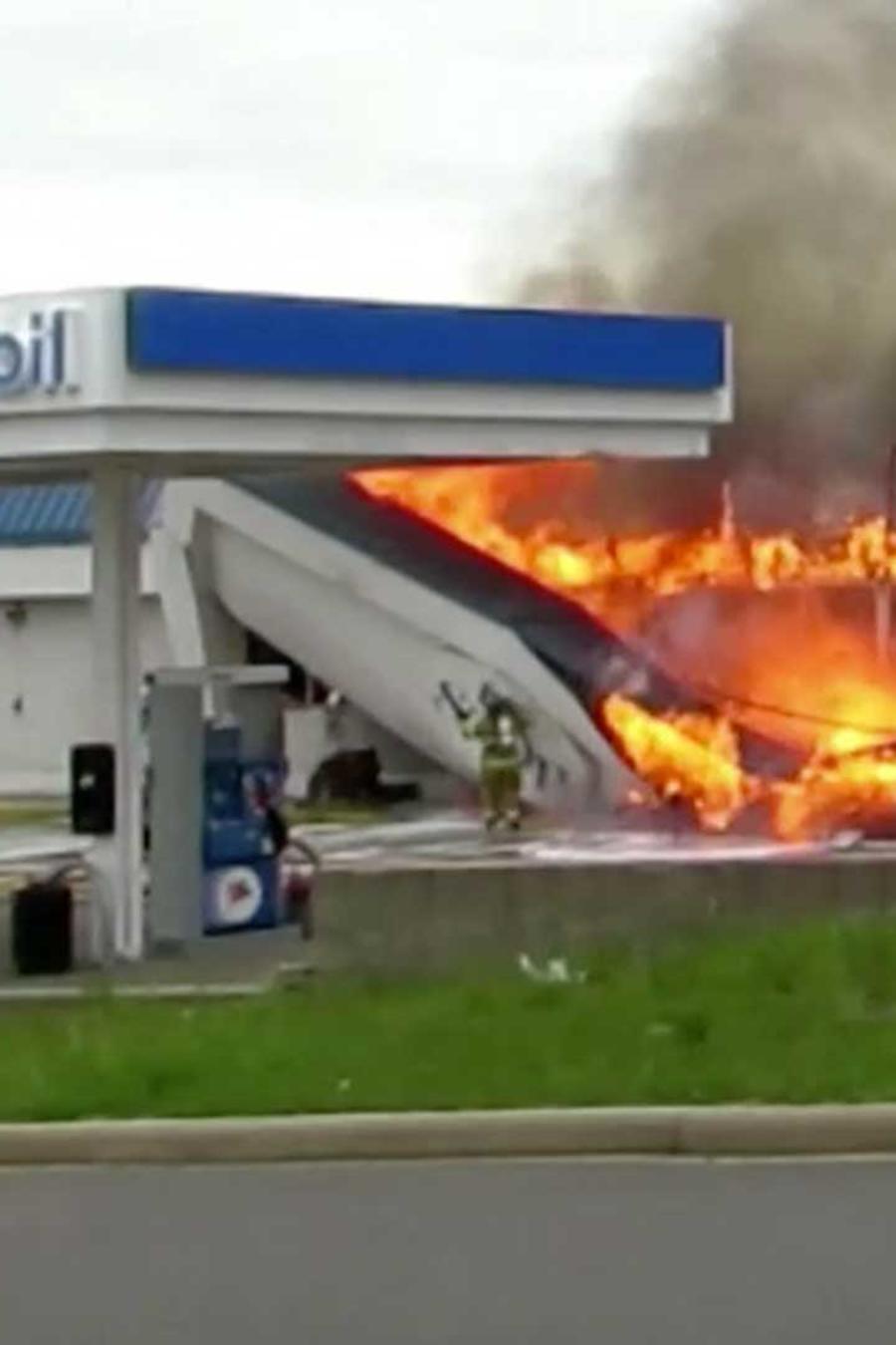 Un bombero es golpeado por parte del techo de una estación de gasolina que le cayó encima en Michigan