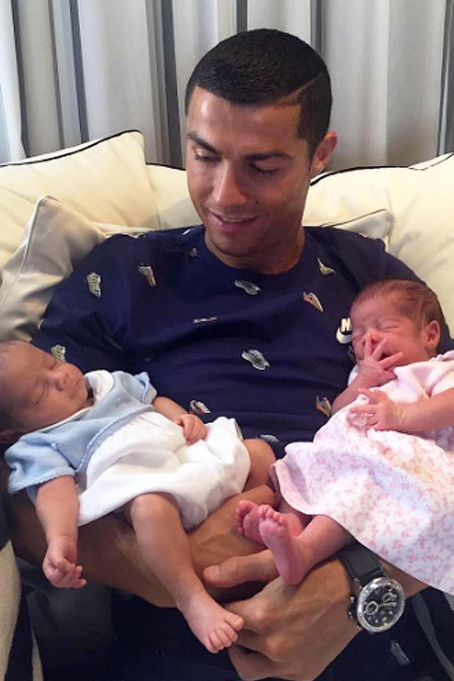 ronaldo con sus hijos